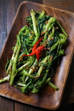 Garlic Water Spinach -Also known as garlic morning glory- Tossed in chilies & garlic, this is an easy Chinese veggie side dish Asian Spinach Recipe, Spinach Recipes, Chicken Recipes, Vegetable Sides, Vegetable Side Dishes, Vegetable Recipes, Vegetable Quiche, Vegetable Pasta, Chinese Vegetables