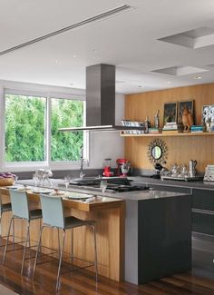 cozinha moderna com parede verde