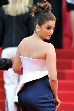 Aishwarya Rai is a talented artist and very popular among fans. Aishwarya Rai photo gallery with amazing pictures and wallpapers collection. Bollywood Actress Hot Photos, Beautiful Bollywood Actress, Bollywood Celebrities, Beautiful Indian Actress, Bollywood Fashion, Beautiful Actresses, Beautiful Saree, Beautiful Celebrities, Beautiful Women