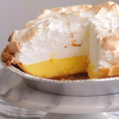 Lemon Meringue Pie Recipe A good lemon meringue pie is the stuff dreams are made of. Just one look at this swoon-worthy dessert, with its tall, glossy peaks and tart lemon custard and you'll want— no, need— an extra large slice. Easy Pie Recipes, Lemon Dessert Recipes, Lemon Recipes, Köstliche Desserts, Sweet Recipes, Delicious Desserts, Easter Recipes, Lemon Lush Dessert, Meringue Desserts