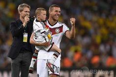 サッカーW杯ブラジル大会(2014 World Cup)決勝、ドイツ対アルゼンチン。優勝を喜ぶドイツのルーカス・ポドルスキー(Lukas Podolski、2014年7月13日撮影)。(c)AFP/FABRICE COFFRINI ▼14Jul2014AFP|【写真】W杯優勝を飾った歓喜のドイツ http://www.afpbb.com/articles/-/3020426 #Brazil2014 #Germany_Argentina_final