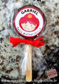 Alfajor on the stick for fireman party theme - Alfajor no palito para festa com tema de bombeiros