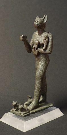 Statuette de Bastet, avec trois chatons à ses pieds. Epoque saïte.