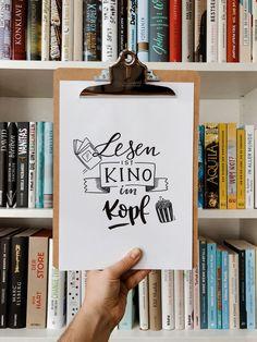 Was bedeutet lesen für dich? Ich liebe es genauso wie das Lettern und das kann ich dir beibringen, mit meinem Handlettering-Guide für Anfänger. 🖌 Journal Layout, Book Journal, Bullet Journal, Hand Lattering, Girl Boss Book, Dog Pen, Journal Template, Sketch Notes, Happy Paintings