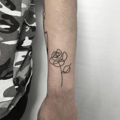 As tatuagens de Curt Montgomery são menos sobre complexidade e mais sobre traços simples, linhas básicas, mas fortes, que colocam qualquer desenho no centro do palco.O artista prefere criar inspirado por um estilo minimalista