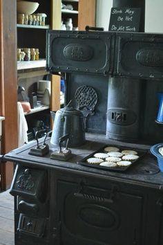 Farmhouse Kitchen Black Appliances Vintage Stoves 56 Ideas For 2019 Wood Burning Cook Stove, Wood Stove Cooking, Kitchen Stove, Old Kitchen, Cooking Lamb, Kitchen Black, Antique Wood Stove, How To Antique Wood, Vintage Appliances