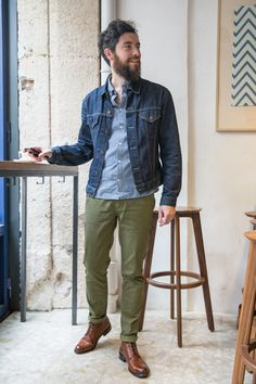 Not a fan of the shirt, but like the general look Green Chinos Men, Olive Chinos, Olive Jeans, Pantalon Vert Olive, Olive Green Pants Outfit, Chinos Men Outfit, Outfits Hombre, Look Man, Denim Jacket Men