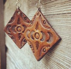 Hand Tooled Diamond Style Chestnut Brown Leather Earrings Pensez à new york fameuse « tiny Iphone Wallpaper Bible, Iphone Wallpaper Inspirational, Simple Iphone Wallpaper, Leather Jewelry Making, Diy Leather Earrings, Leather Tooling Patterns, Bijoux Diy, Leather Projects, Leather Craft