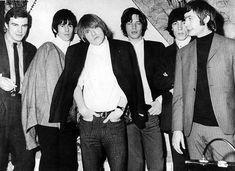 """""""J'ai connu les Rolling Stones à ce moment-là"""", raconte Dominique Lamblin, à gauche sur la photo. Il avait 19 ans. Decca l'avait missionné pour s'occuper de cette bande de """"jeunes chevelus"""". """"Sur cette photo en noir et blanc, je suis en costume-cravate mais il faut savoir que la chemise est rose et orange quand même, je suis rock'n'roll, raccord avec le groupe. Là, ils ont déjà fait une première tournée aux Etats-Unis.."""""""