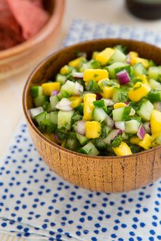 Cucumber Mango Salsa Recipe An aversion to spiciness doesn't mean you're out of luck when it comes to salsa. This cucumber mango salsa, for example, is both sweet and cooling, but goes wonderfully with a tortilla chip just the same. Mexican Food Recipes, Vegetarian Recipes, Cooking Recipes, Healthy Recipes, Ethnic Recipes, Chili Recipes, Delicious Recipes, Salsa Guacamole, Cucumber Salsa
