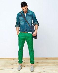 Uns torcem o nariz outros não vivem sem, mas a verdade é que as calças color (ou color jeans, color chinos, etc.) vieram para ficar e estão presentes tanto nas lojas de fast fashion, quanto nas col…