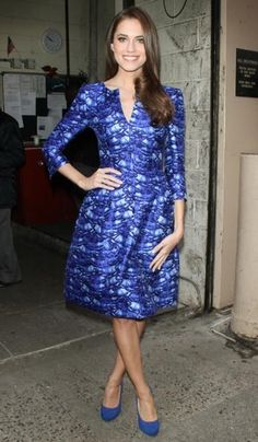 Allison Williams with a weight of 54 kg and a feet size of 7 in favorite outfit & clothing style