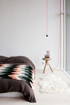 Une ampoule suspendue à un fil fluo