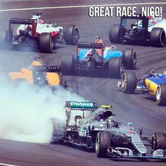 Tudo podia dar errado: tocado na largada caiu para 17º enquanto o rival direto para o título seguia em 1º. Mas como a @f1 tem muito de sorte e competência @nicorosberg deu a volta por cima. O alemão foi tocado por Sebastian Vettel e fez uma incrível corrida de recuperação. Ele ainda sofreu uma punição mas conseguiu cruzar a linha de chegada em terceiro e com mais de dez segundos de vantagem para Kimi Raikkonen mantendo a colocação e os pontos que asseguraram 23 de distância para Lewis…