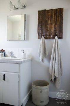 15 Classy Bathroom Hacks: 14. DIY pallet hooks