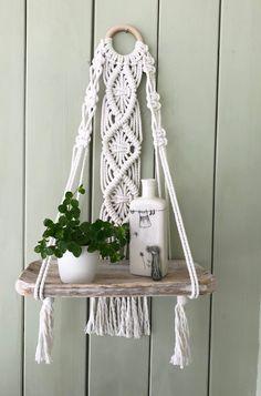 Macrame Design, Macrame Art, Macrame Projects, Macrame Wall Hanging Patterns, Macrame Patterns, Easy Yarn Crafts, Diy Crafts For Home Decor, Diy Hanging Shelves, Macrame Tutorial