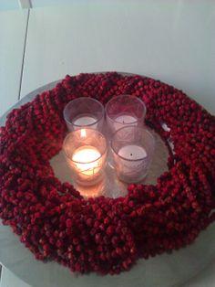 adventslys med rognebær krans Liv, Tea Lights, Candles, Wreaths, Door Wreaths, Deco Mesh Wreaths, Garlands, Floral Arrangements, Candle