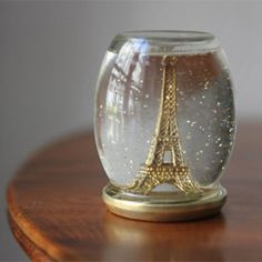 Make your own snow globe using a jar and a mini Eiffel tower (in French)