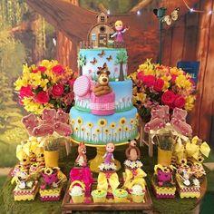 ideas para fiestas masha y el oso Bear Birthday, Birthday Favors, 2nd Birthday Parties, Birthday Decorations, Girl Birthday, Masha Et Mishka, Marsha And The Bear, Bear Theme, Bear Party