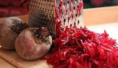 Know how to dye your hair with beets and become a redhead naturally. Learn recipes along with their benefits and know the best tips. Dyed Natural Hair, Natural Hair Styles, Beet Recipes, Natural Health Remedies, Your Hair, Herbalism, Benefit, Shampoo, Projects To Try