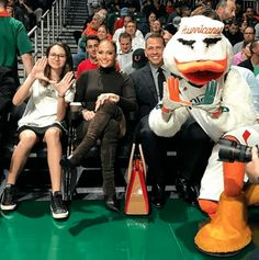 Jennifer Lopez and Alex Rodriguez have managed to create a beautiful blended family together with their kids. U Of Miami, Miami Life, Blended Family Photos, Pictures Of Jennifer Lopez, Dream School, Alex Rodriguez, University Of Miami, Basketball Games, Celebs