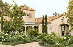Country Chic: A Beautiful Ojai Home   La Dolce Vita,  Love all of the white roses