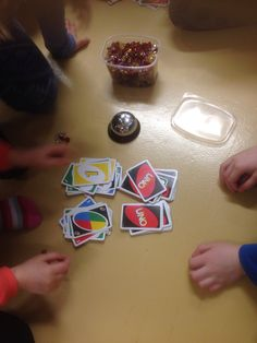 Kymppiylitysta... Uno- kortit Käännetään kaksi kerrallaan ja nopeasti lasketaan. Soittamalla kelloa saa vastausvuoron ja jos laskun tulos on oikein saa timantin