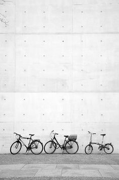 Bike family black and white photo Street Photography, Art Photography, Bicycle Race, Cool Bicycles, Bike Design, Pretty Pictures, Black And White Photography, Drawing, Artsy