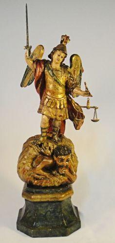 SÃO MIGUEL SUBJUGANDO O MAL. Raríssima Imagem em madeira policromada e dourada. Alt.: 44cm. Minas - séc. XVIII. Acompanha espada em madeira. Base R$ 4.000,00 (ago14).