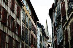 bayonne + rues + cathédrale + été