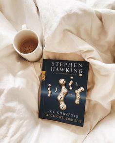 """#lesen 📚 Ich nehm es mir oft vor, und mach es zu wenig. Aber mittlerweile lese ich ca. einmal am Tag und das ist ja schon mal nicht schlecht 🤓 Es ist manchmal nicht lange, aber besser als gar nicht 😊 . Momentan lese ich """"Die kürzeste Geschichte der Zeit"""" von Stephen Hawking. Ich finde das Universum so unglaublich interessant und geheimnisvoll 🪐🌙💫 🤫 Ich hab mir sogar mal überlegt Astrophysik zu studieren 🙈 . Welches Buch ich als nächstes lese weiß ich noch nicht 📖 . ▶️ Kannst du ein…"""