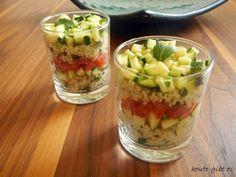 Schichtsalat mit Couscous, Zucchini und Tomate im Glas