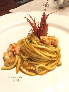 Spaghetti alla chitarra con scorfano e gamberi rossi Yummy Pasta Recipes, Seafood Recipes, Gourmet Recipes, Italian Main Courses, Risotto Cremeux, Fish Pasta, Happy Foods, Slow Food, Pasta Dishes
