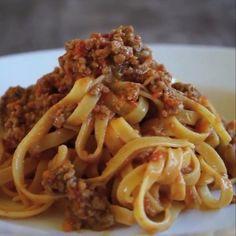 Receita com instruções em vídeo: Tagliatelle a bolonhesa é uma delícia!  Ingredientes: 300g de massa tagliatelle, 150g de pancetta, 400g de vitela e carne de porco moída, ½ cenoura, 1 talo de aipo, ¼ de cebola, 400g de tomates finamente fatiados, Caldo de vegetais, ½ taça de vinho branco seco, Azeite de oliva extra virgem, Sal e pimenta, ½ copo de leite, Pitada de sal marinho, 5 litros de água
