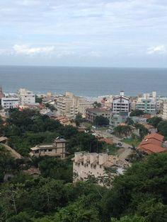 Vista para a praia de Bombinhas - Florianópolis/SC -  Triicotando   Por Milena Farias e Giovanna Farias www.triicotando.com www.facebook.com/triicotando Instagram: @triicotando_