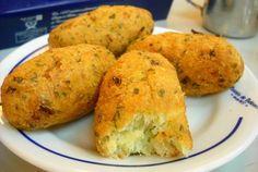 TudoReceitas.com - Receita de Bolinho de bacalhau, uma delícia portuguesa que você terá de provar!  #Portugal #bacalhau #entrada #petisco #iguaria #comida #receita #TudoReceitas