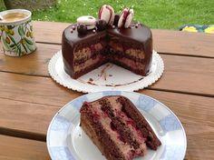 Recept na Čokoládový dort s višněmi z kategorie : Čokoládový krém:  500 ml smetany ke šlehání, 2 tyčinky Ledové kaštany á 45 g (nebo 100 g nugátová Ritt...