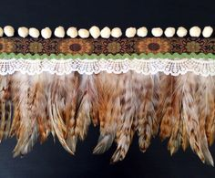 Cubrebotas plumas jaspeadas con madroños y puntilla cruda y sandunga verde