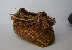 An exploration on variations that can be found on a simple two corner kete Harakeke, Korari (Flower) pod and copper Hara. Handmade Crafts, Diy And Crafts, Flax Weaving, Traditional Baskets, Maori Designs, Weaving Patterns, Weaving Techniques, Textile Art, Carving