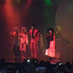 No navio é assim: todo dia uma atração diferente no teatro que tem dentro dele. Esse foi do Michael Jackson cover. Quer saber mais como é viajar de navio? Acesse o blog dedmundoafora.blogspot.com #instagood #dedmundoafora #mundoafora #viagem #travel #trip #tour #navio #cruzeiro #pullmantur #zenith #beach #mar #praia #instatravel #travelblog #travelbloggers #blogdeviagem #blog #nofilter #tur #turismo #brasil #michaeljackson #shownonavio