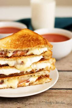 Our grown up bacon grilled cheese sandwich takes your old fashioned grilled chee… Our grilled cheese bread with bacon takes your old-fashioned grilled cheese and refines it with bacon, brie, minster and mozzarella. Brie Sandwich, Roast Beef Sandwich, Grilled Sandwich, Sandwich Recipes, Grilled Cheese Recipes, Grilled Cheeses, Food Porn, Brunch, Wrap Sandwiches