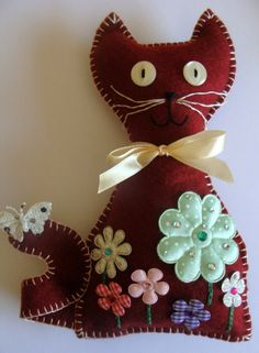 Decorative Cat  with Flowers.                                                                                                                            Mais