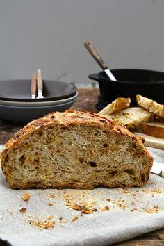 Eltefritt brød med byggryn og solsikkekjerner - Mat På Bordet Norwegian Food, Norwegian Recipes, Vegan Bread, Banana Bread, Food And Drink, Baking, Desserts, Breads, Cakes