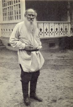 Leo Tolstoy 1828 1910 in his Yasnaya Polyana estate near the terrace of the main house Tula Province Russia 1908 Russian Poets, Russian Art, Russian Literature, Russian Culture, Writers And Poets, Book Authors, Anton, Old Pictures, Famous People