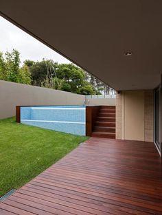 Albercas de estilo moderno por XYZ Arquitectos Associados