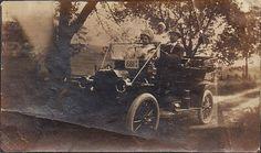 Mr & Mad. H.P. Wales de Richmond avec leur fille adoptive. Leur auto est une des premieres a Richmond. Mr Wales fit don de sa ferme ou est construit le Wales Home