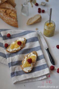 breakfast, jam, pears Pyszne śniadanie- kromki rustykalnego chleba z ricottą, dżemem gruszkowo-imbirowym i malinami