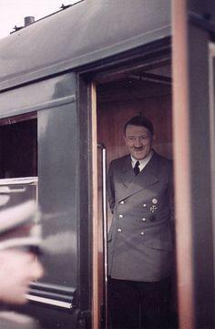 Hitler sortant de son train.