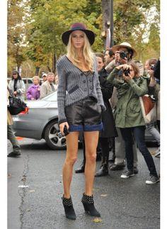 Poppy Delevingne    Look de star Glamour    Boots et chapeau, Poppy Delevingne sait mixer les bonnes pièces pour le printemps.