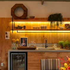 Casa Cor 2015/ A Casa da Gente: Salas de estar tropicais por Marina Linhares Decoração de Interiores